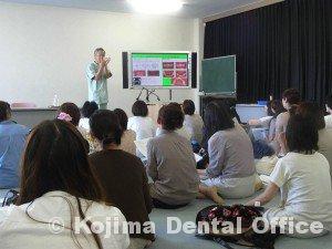 鶴ヶ丘小学校就学時健診時の歯科指導2012